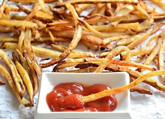 5.Переложите картофель с противня и подавайте его с соусом.