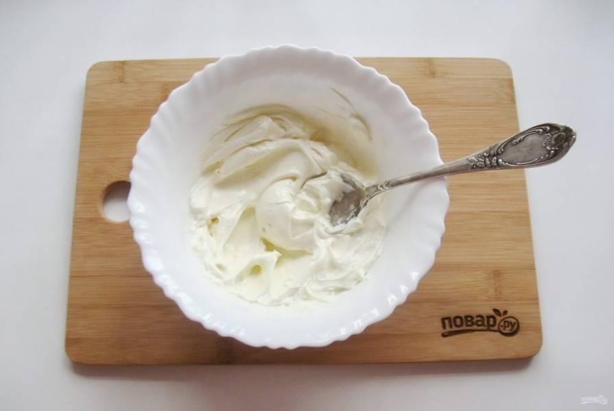 Пока корж для торта остывает, приготовьте крем. Жирную сметану смешайте с сахарной пудрой и ванильным сахаром. Я не люблю очень сладкие торты, мне хватило 3-4 столовых ложки сахарной пудры. Вы ориентируйтесь на свой вкус.