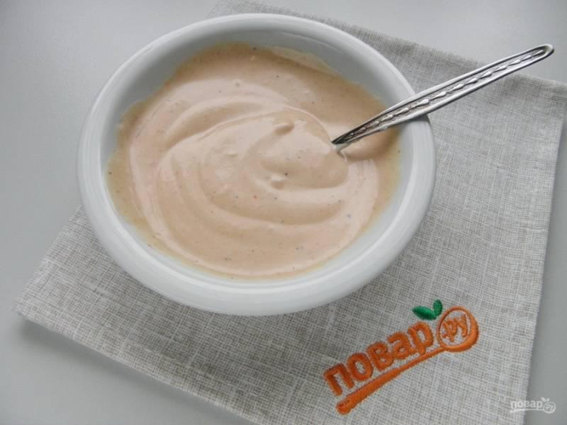 Для соуса смешайте майонез с кетчупом и щепоткой черного перца.