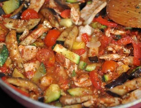Далее добавьте половинки помидор черри, томатную пасту, соль, сахар, перец, прованские травы, овощной бульон. Перемешайте и тушите под крышкой 15 минут. При подаче посыпьте измельченной зеленью. На гарнир можно приготовить рис или макароны.