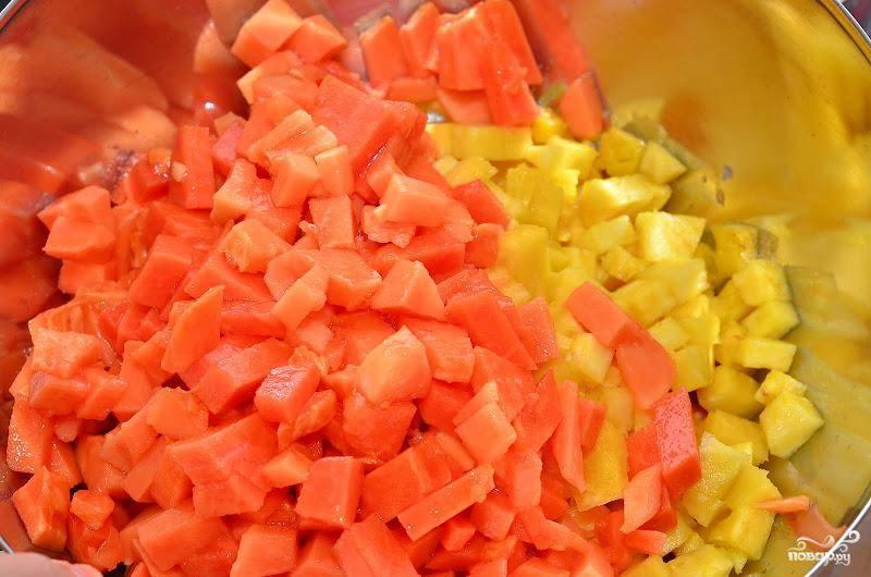 Папайю, очищенную от семян и кожуры, нарезаем кубиками и отправляем к помидорам и ананасу.