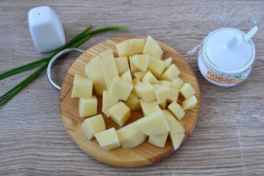 Картофель нарежьте небольшими кусочками и отправьте в кипящую воду.