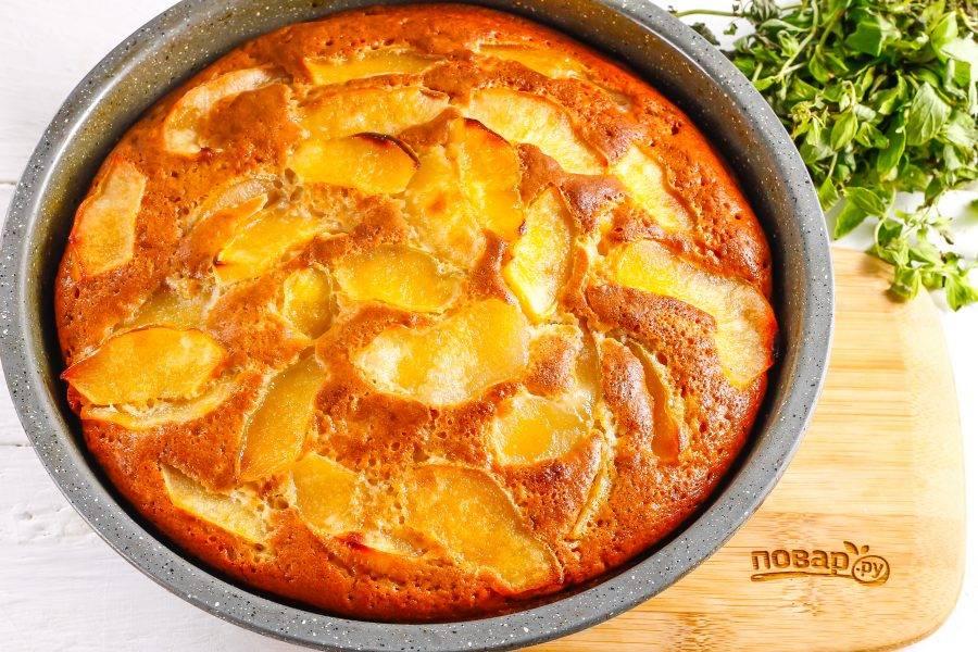 Испеките пирог до румяной корочки и извлеките его из духовки. Дайте слегка остыть и извлеките из формы.