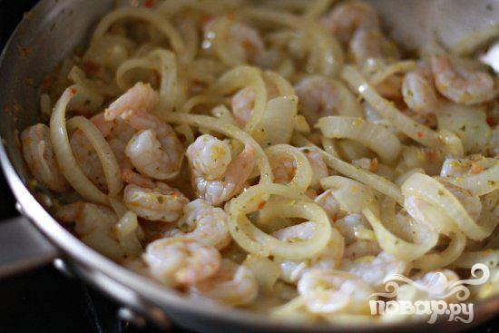 3. Как только лук начнет смягчаться, добавить креветки. Жарить креветки и лук вместе, пока креветки не станут розовыми. Готовые креветки и лук выложить в миску.