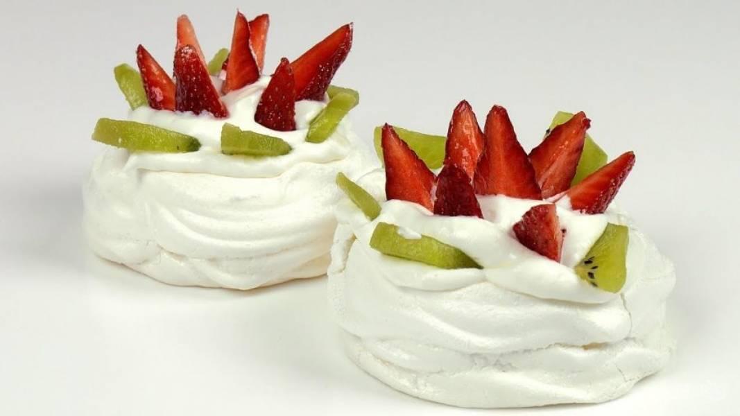 5. Заготовки наполните кремом, украсьте нарезанными фруктами и ягодами. Посыпьте сахарной пудрой. Приятного аппетита!
