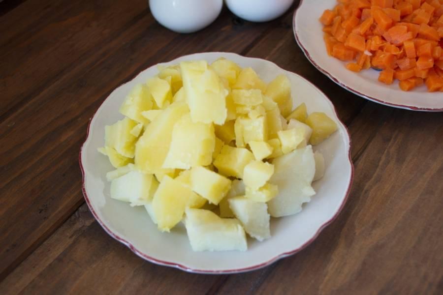 Отварной картофель очистить и нарезать кубиком.