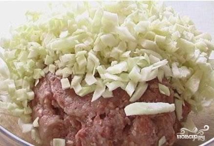 Капусту мелко шинкуем: хоть кубиками, хоть полосочками. Если капуста жесткая, залейте ее минут на 5 кипятком, затем воду сцедите и хорошо отожмите капусту. Добавим капусту к фаршу.