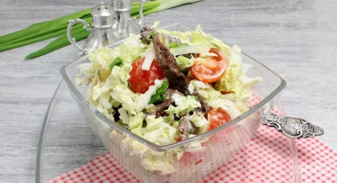 В салат добавьте заправку. Перемешайте его и подавайте к столу. Приятного аппетита!