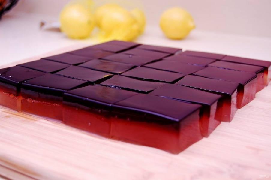 Влейте второй слой жиле к застывшему первому. Уберите десерт в холодильник на ночь до полного застывания. Затем форму переверните и основу разрежьте на равные части, чтобы они помещались в рот.