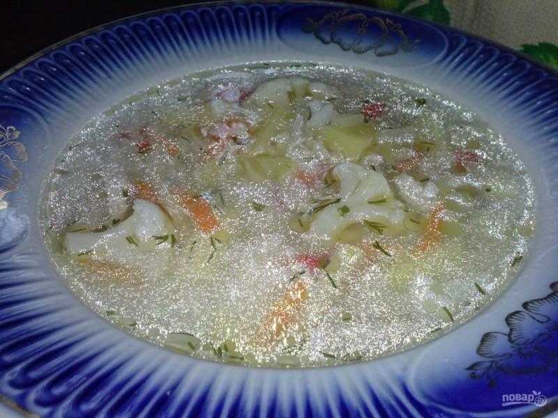 8. Посмотрите, какой красивый получился у нас супчик. Как вы заметили, поджарка не готовится, а все овощи добавляются сырыми. Один секрет: добавьте лук, морковь и болгарский перец во время приготовления мяса (когда оно поварится минут 20), а в конце добавьте зелень и еще немного болгарского перца.