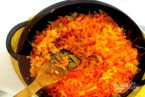 Обжарьте морковь и лук на среднем огне до мягкости.