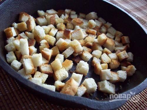 3. Отдельно делаем гренки: берем несколько ломтиков батона, нарезаем кубиками и жарим на сковороде (можно в духовке). На сковороде гренки жарятся быстрее, чем в духовке.