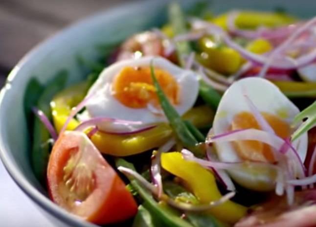 Для приготовления яичного салата измельчите фасоль, лук, томат, шпинат и болгарский перец. Яйца порежьте на половинки, добавьте их в салат. Положите измельченные ингредиенты в посуду, приправите маслом и солью по вкусу.
