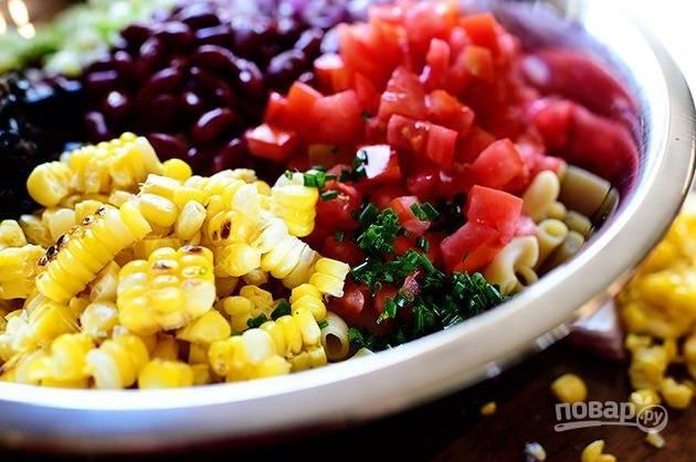 7. Смешайте измельченные ингредиенты: макароны, лук, зеленый лук, кукурузу, оливки, фасоль и помидоры.