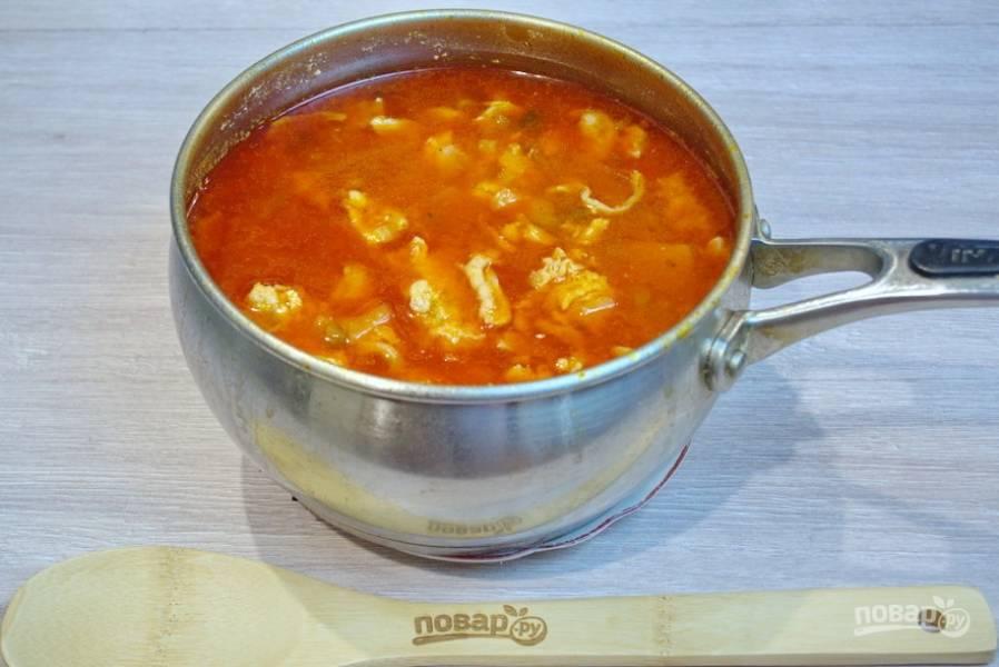 По желанию в солянку можно добавить нарезанный картофель, а можно приготовить солянку только на рыбе. В кипящий рыбный бульон добавьте зажарку. Перемешайте. Добавьте соль, специи, немного сахара, чтоб погасить кислоту томата. Доведите суп до готовности, подайте к столу.