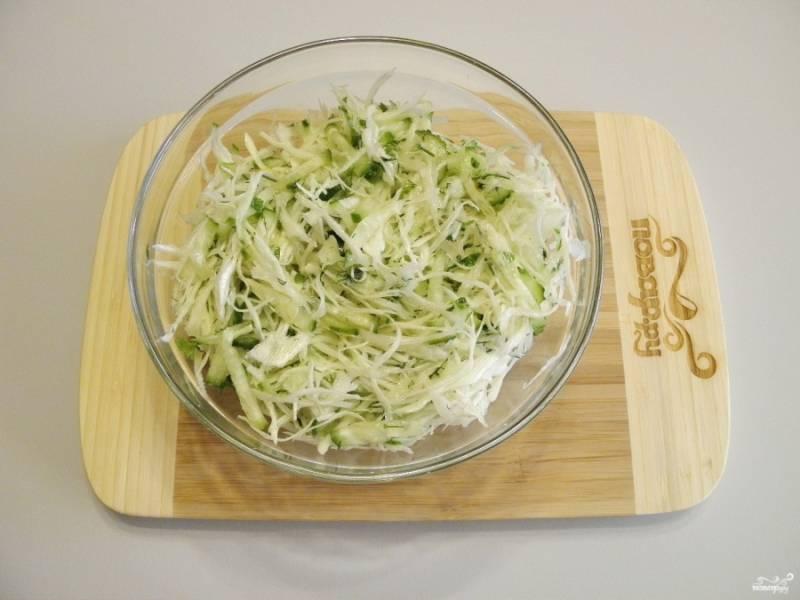 Заправьте оливковым маслом и уксусом, все тщательно перемешайте.