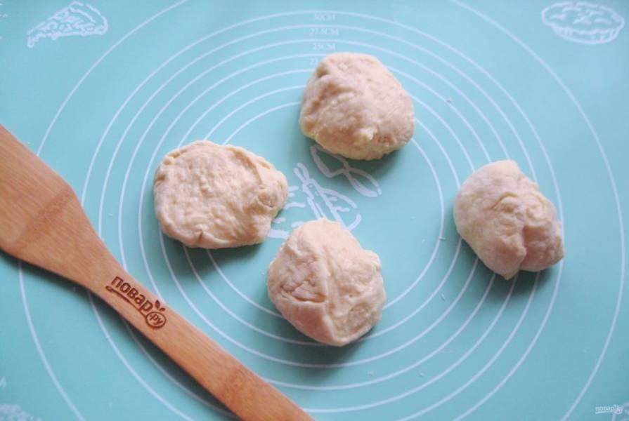 Разделите тесто на 4 части, чтобы было удобно с ним работать.
