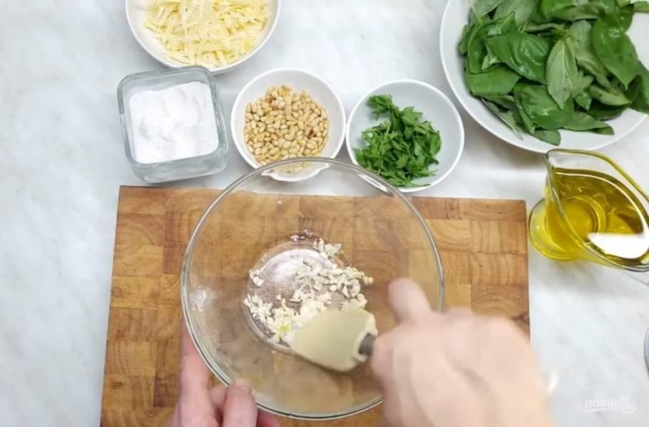 1. Подготовьте необходимые ингредиенты: чеснок измельчите с помощью ножа, посолите его и хорошо перетрите с солью, чтобы чеснок начал выделять эфирные масла.
