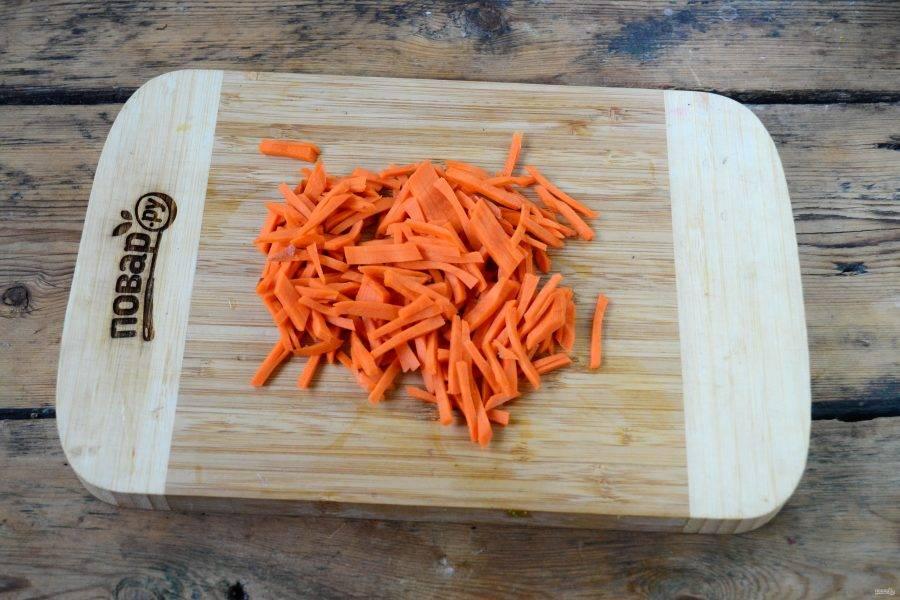 Морковь натрите на терке для корейской моркови или порежьте мелкой соломкой.