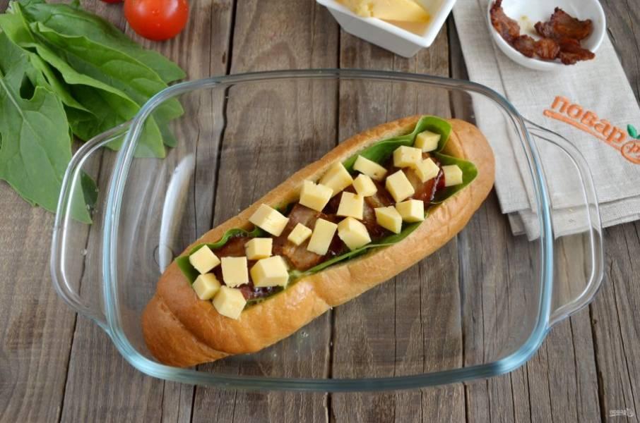 Сверху распределите порезанный кубиками сыр. Отправьте булочку в духовку на 20 минут, температура примерно 180 градусов.