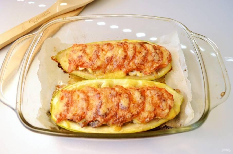 Лодочки из кабачков с грибами готовы! Подавайте их к столу горячими. Совет: если вы любите более нежные сырные корочки, тогда запеките кабачки с грибами без сыра до готовности, после посыпьте сыром и отправьте в духовку на пару минут, чтобы сыр расплавился.  Приятного!