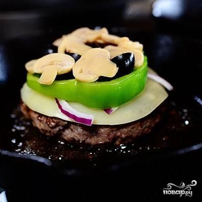 Далее выкладываем немного тонко нарезанного лука, грибов, маслин и болгарского перца.