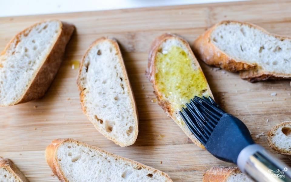 Помазать хлеб чесночным маслом.