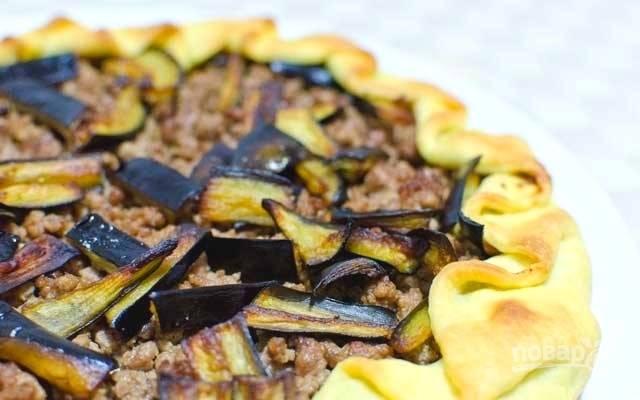 6.Выпекайте пирог в течение 30-ти минут при температуре 180 градусов до золотистого цвета теста. Готовому пирогу дайте немного остыть и подавайте на стол. Приятного аппетита!