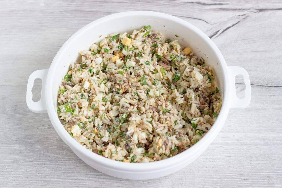 Добавьте в начинку рис и немного майонеза или сметаны. Посолите по вкусу.