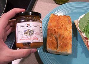 Вначале слой специй, затем помидоры, сыр и наконец базилик.
