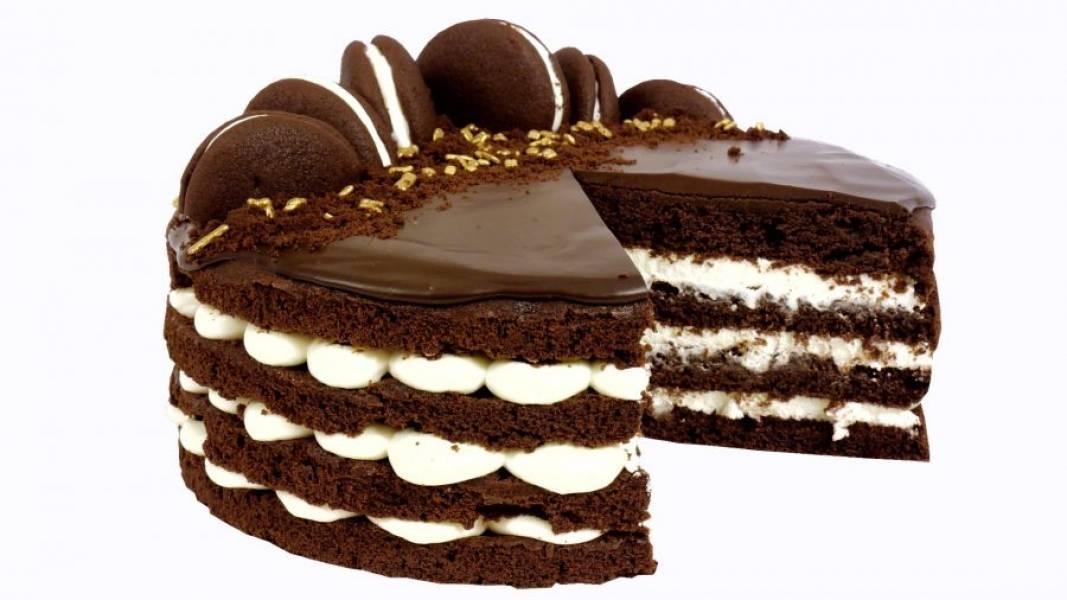 7.  Приготовьте помадку: рубленый шоколад смешайте с горячими сливками. Перемешайте и добавьте сливочное масло. Украсьте торт помадкой, печеньем, крошками и посыпкой. Поставьте в холодильник на 5-6 часов. Приятного аппетита!