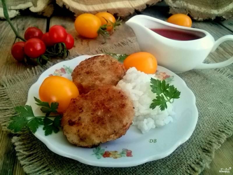 Подавайте с вашим любимым гарниром и томатным соусом. Приятного аппетита!