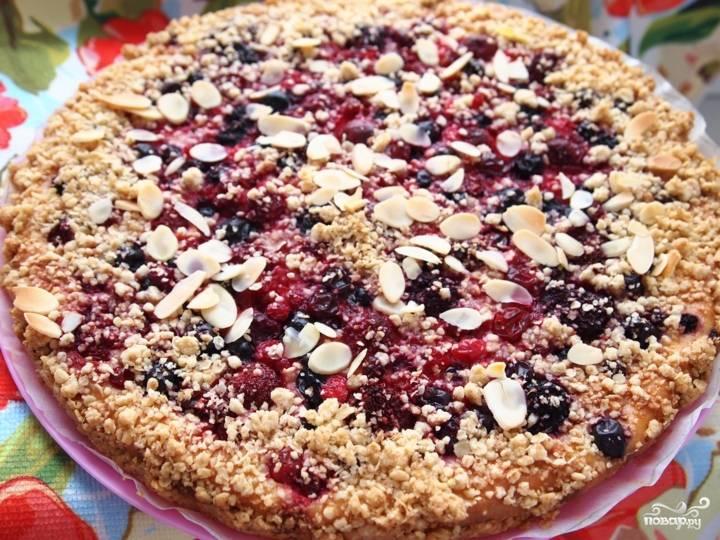 4. Отправьте пирог в заранее разогретую духовку, запекайте при температуре 180 градусов полчаса. Затем увеличьте температуру до 190 градусов и продолжайте выпекать еще минут 20. Творожно-ягодный пирог готов! Приятного аппетита!