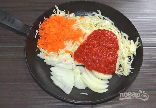 6. Влейте томат, по желанию добавьте сладкий перец. Поставьте все на огонь. Тушите начинку на медленном огне около 40 минут.