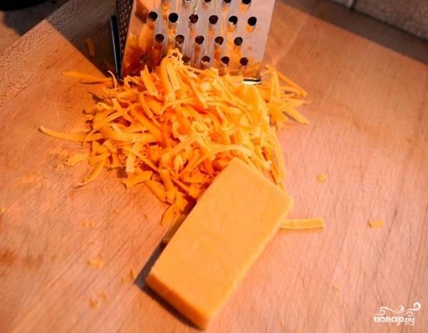 6. Натрите не средней терке сыр.