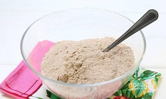 4. Пока будет остывать безе, можно испечь корж. В глубокую мисочку просейте сухие ингредиенты: муку, разрыхлитель, какао. Добавьте сахар (обычный и ванильный). Все перемешайте.