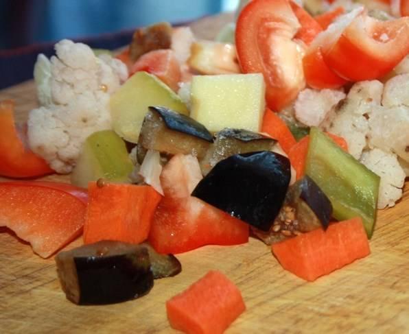 Все овощи постарайтесь нарезать кусочками одинакового размера, перемешайте.