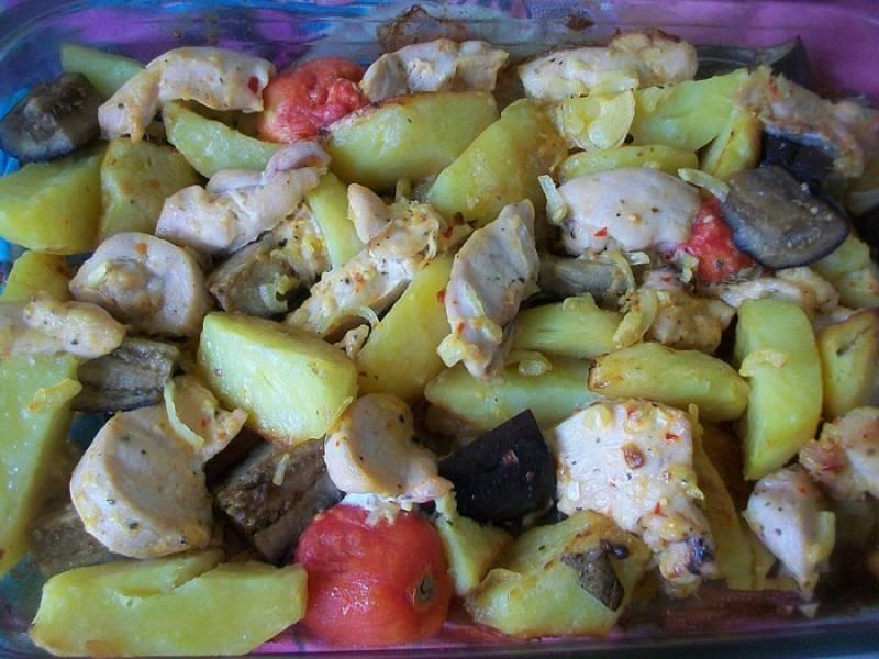 Запекаем при температуре 180 градусов минут 30. Наша курица с баклажанами и картошкой готова! Приятного аппетита!