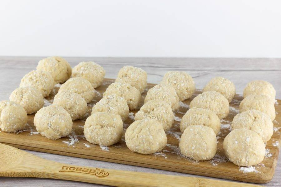 Чайной ложкой отщипывайте тесто и формируйте пончики размером с грецкий орех.