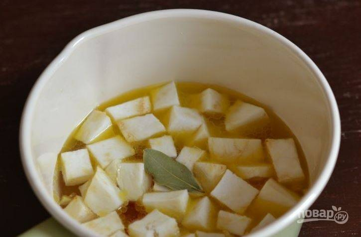 Очистите и вымойте сельдерей. Нарежьте его на небольшие кубики. Затем выложите овощ в сотейник, залейте водой и добавьте лавровый лист. Посолите блюдо по вкусу.