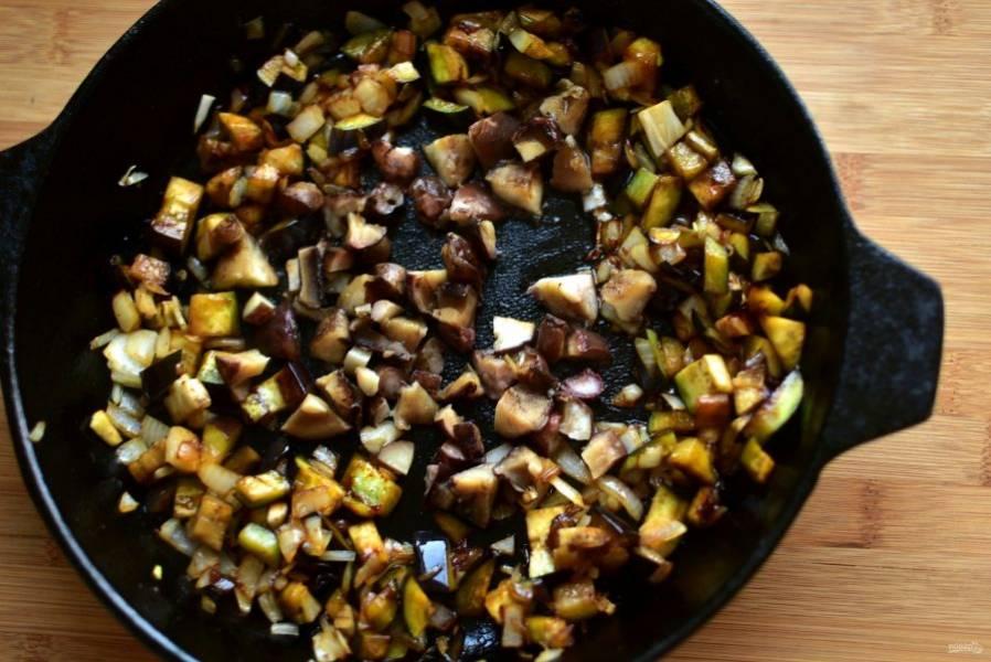 Добавьте грибы и жарьте все вместе до подрумянивания грибов.
