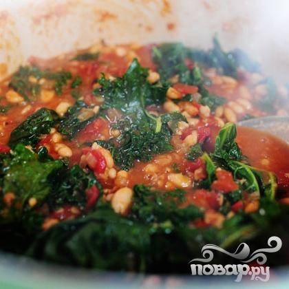 8. Промыть кале и разорвать ее на куски. Добавить в суп. Добавить нарезанный базилик, перемешать. Готовить суп на слабом огне еще 5 минут, добавить соль и перец при необходимости.