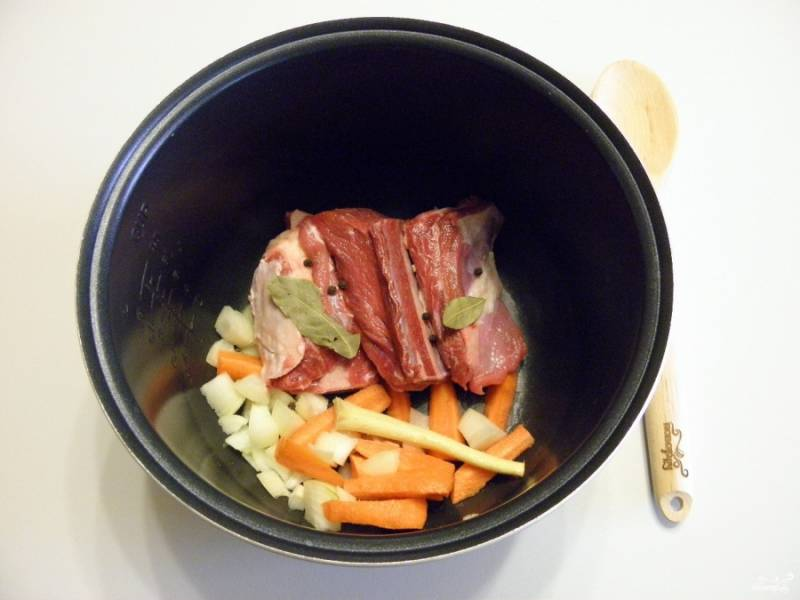 Сложите специи, мясные ребра, овощи и соль в кастрюлю мультиварки.