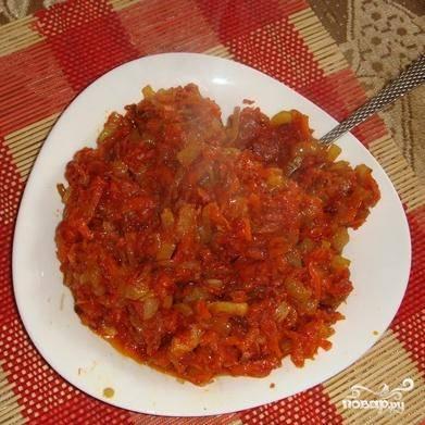 2.Обжариваем лук,морковь,добавляем томатный соус.(обжаривать нужно все отдельно)Потом смешиваем все,с томатным соусом все прожариваем вместе минут 5 на медленном огне.