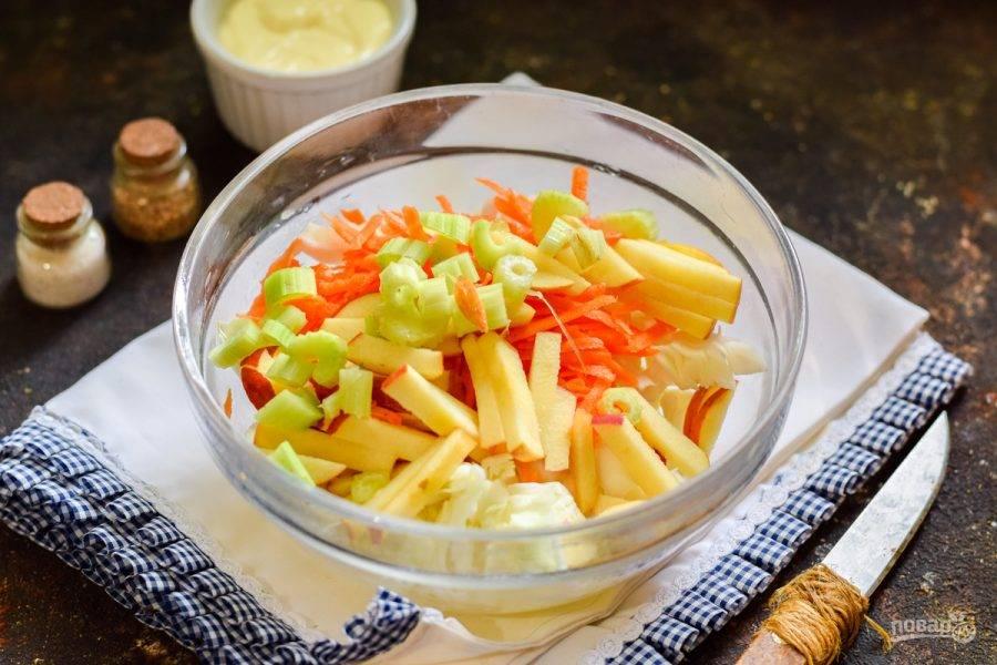 Яблоко нарежьте небольшими полосками, серединку не забудьте удалить. Также нарежьте тонкими полукольцами сельдерей. Добавьте яблоко и сельдерей в салат.