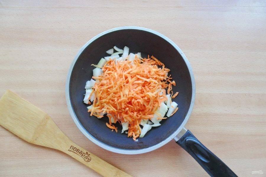 Морковь натрите на терке и добавьте к луку.
