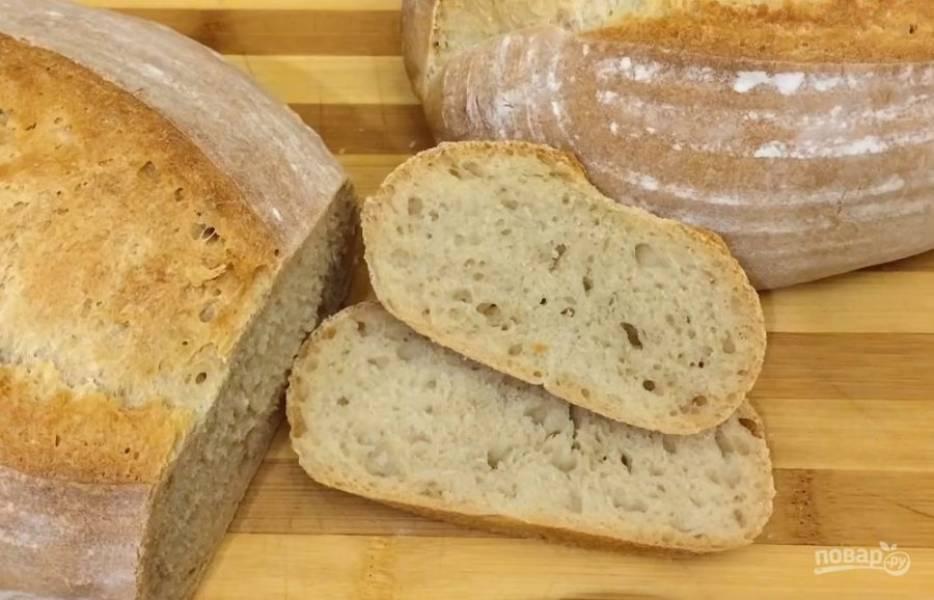 Аккуратно переложите заготовки на пергамент, кисточкой смахните лишнюю муку и сделайте несколько надрезов сверху. Выпекайте хлеб в разогретой до 200 градусов духовке 40-45 минут. Полностью остудите хлеб на решетке. Приятного аппетита!