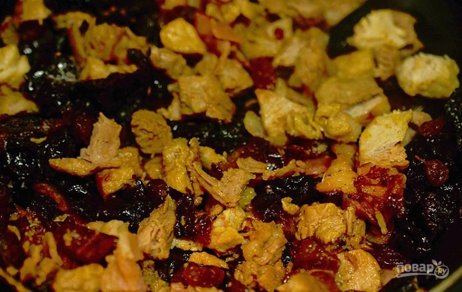 10. К бекону добавьте мясо и сухофрукты, обжаривайте 5 минут.
