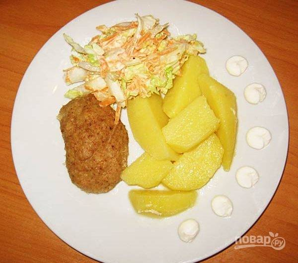 5. Когда блюдо будет готово, слейте воду, выложите на блюдо картофель и котлеты. Добавьте кусочек сливочного масла, а также можете нарезать салат из свежих овощей.