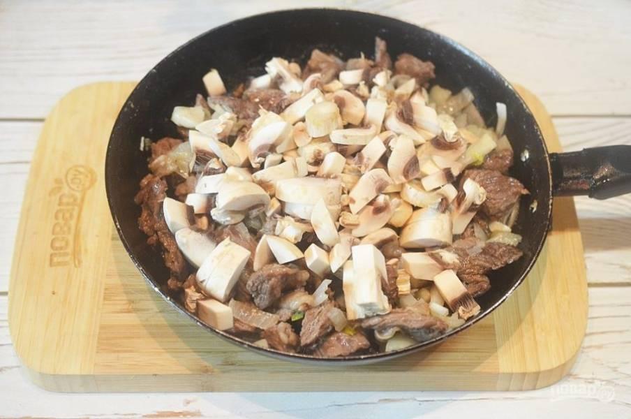 6. Добавьте грибы и продолжайте все обжаривать.